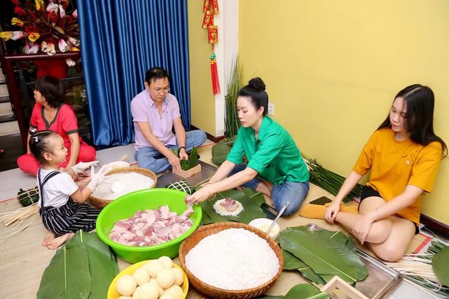 Gia đình Á hậu Trịnh Kim Chi quây quần gói bánh chưng ngày Tết - Ảnh 1.
