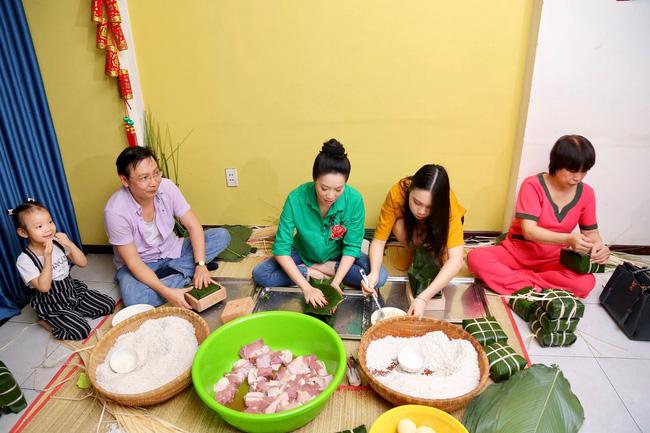 Gia đình Á hậu Trịnh Kim Chi quây quần gói bánh chưng ngày Tết - Ảnh 2.