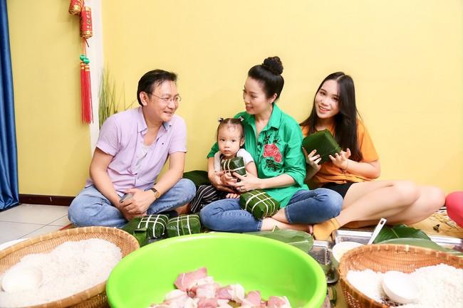 Gia đình Á hậu Trịnh Kim Chi quây quần gói bánh chưng ngày Tết - Ảnh 3.