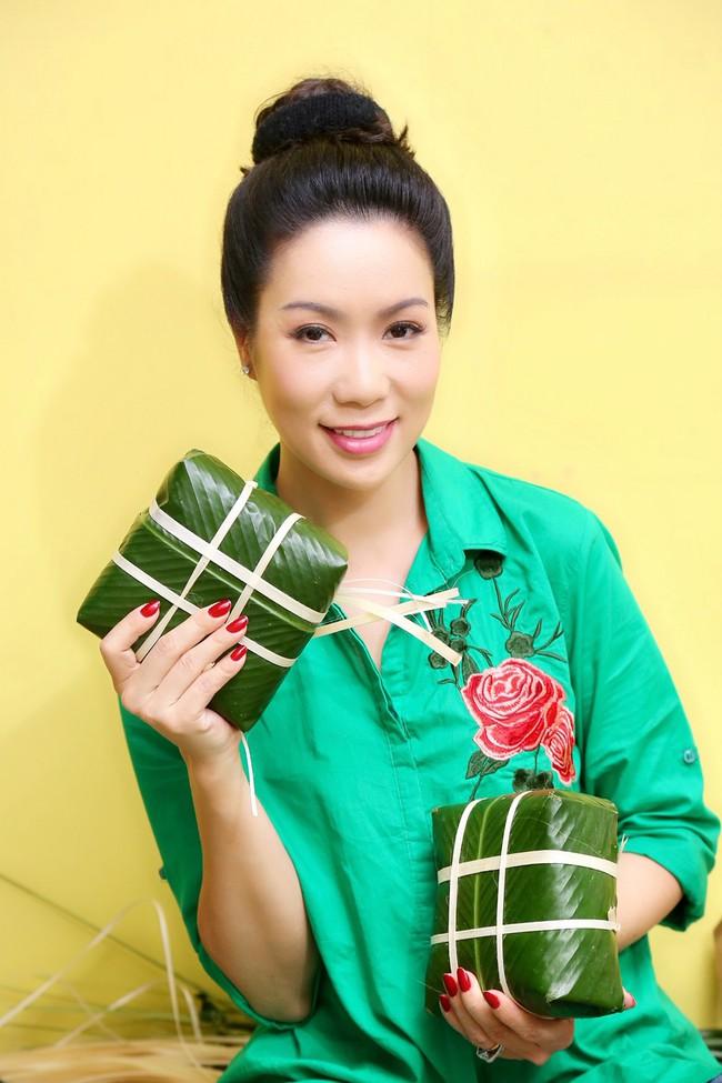 Gia đình Á hậu Trịnh Kim Chi quây quần gói bánh chưng ngày Tết - Ảnh 4.