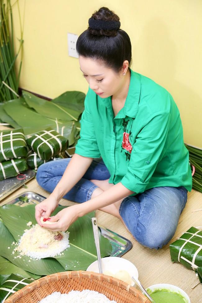 Gia đình Á hậu Trịnh Kim Chi quây quần gói bánh chưng ngày Tết - Ảnh 5.