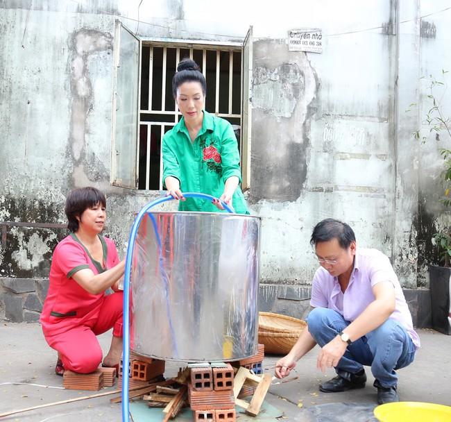 Gia đình Á hậu Trịnh Kim Chi quây quần gói bánh chưng ngày Tết - Ảnh 7.