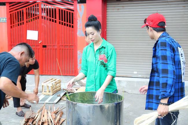 Gia đình Á hậu Trịnh Kim Chi quây quần gói bánh chưng ngày Tết - Ảnh 8.