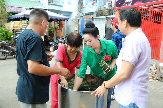 Gia đình Á hậu Trịnh Kim Chi quây quần gói bánh chưng ngày Tết - Ảnh 9.