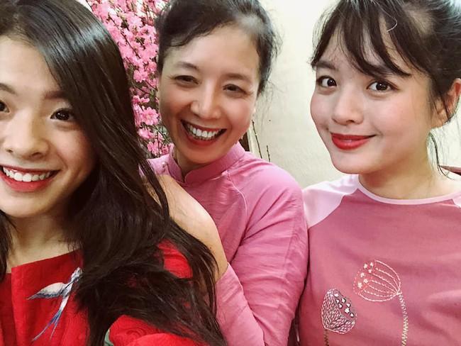 2 con gái nghệ sĩ Chiều Xuân khoe ảnh áo dài đón Tết, ai cũng ngỡ ngàng vì quá xinh đẹp giống mẹ - Ảnh 1.