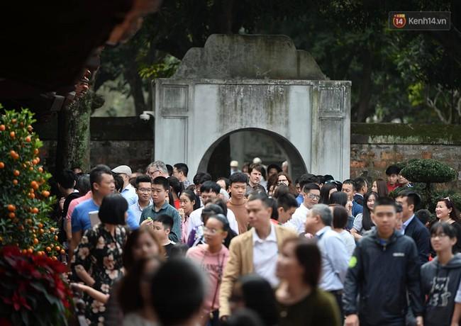 Hà Nội: Người dân đội nắng đi xin chữ đầu năm tại Văn Miếu - Ảnh 1.