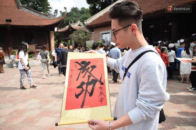 Hà Nội: Người dân đội nắng đi xin chữ đầu năm tại Văn Miếu - Ảnh 10.