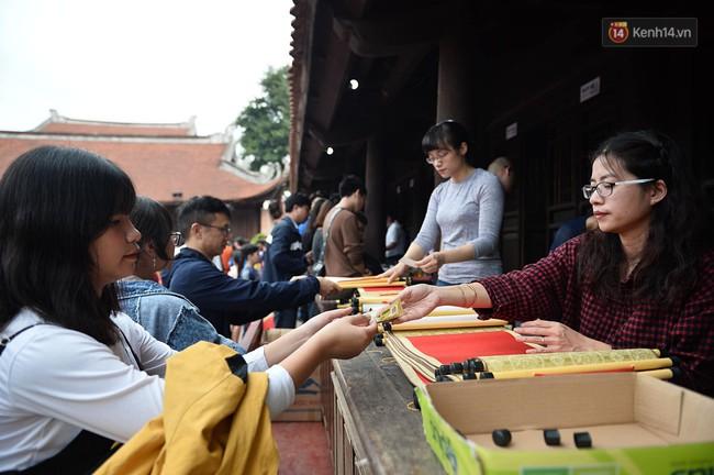 Hà Nội: Người dân đội nắng đi xin chữ đầu năm tại Văn Miếu - Ảnh 12.