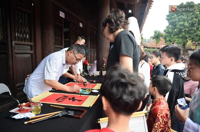 Hà Nội: Người dân đội nắng đi xin chữ đầu năm tại Văn Miếu - Ảnh 14.