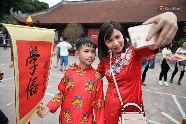 Hà Nội: Người dân đội nắng đi xin chữ đầu năm tại Văn Miếu - Ảnh 15.