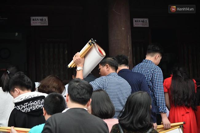 Hà Nội: Người dân đội nắng đi xin chữ đầu năm tại Văn Miếu - Ảnh 16.