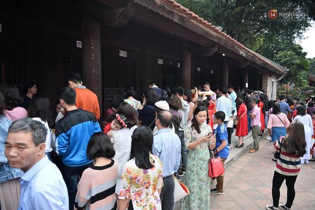 Hà Nội: Người dân đội nắng đi xin chữ đầu năm tại Văn Miếu - Ảnh 17.