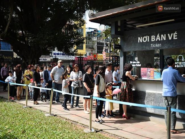 Hà Nội: Người dân đội nắng đi xin chữ đầu năm tại Văn Miếu - Ảnh 2.