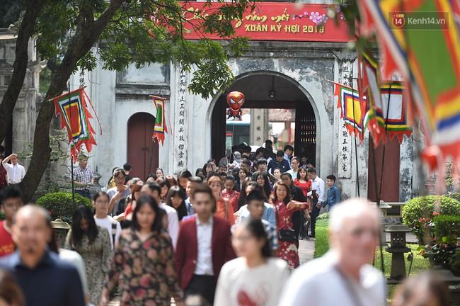 Hà Nội: Người dân đội nắng đi xin chữ đầu năm tại Văn Miếu - Ảnh 3.