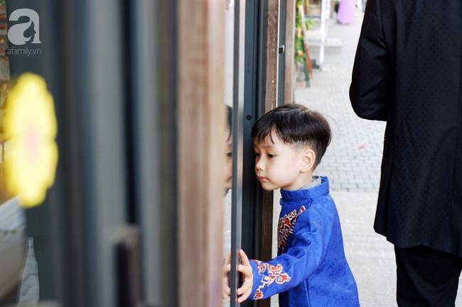 Nắng đẹp, người Hà Nội rủ nhau xuống phố du xuân, xúng xính áo dài chụp ảnh đầu năm mới - Ảnh 10.