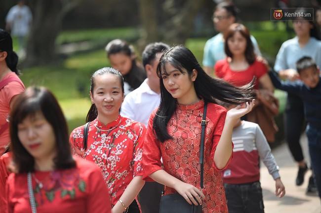 Hà Nội: Người dân đội nắng đi xin chữ đầu năm tại Văn Miếu - Ảnh 4.