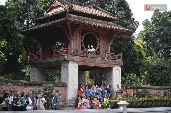 Hà Nội: Người dân đội nắng đi xin chữ đầu năm tại Văn Miếu - Ảnh 5.