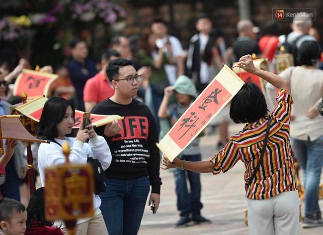 Hà Nội: Người dân đội nắng đi xin chữ đầu năm tại Văn Miếu - Ảnh 6.