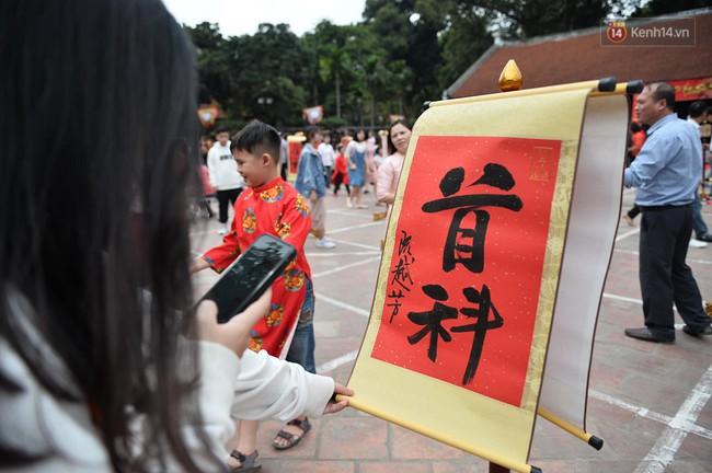 Hà Nội: Người dân đội nắng đi xin chữ đầu năm tại Văn Miếu - Ảnh 7.