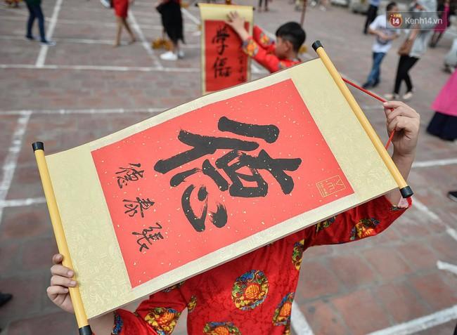 Hà Nội: Người dân đội nắng đi xin chữ đầu năm tại Văn Miếu - Ảnh 8.