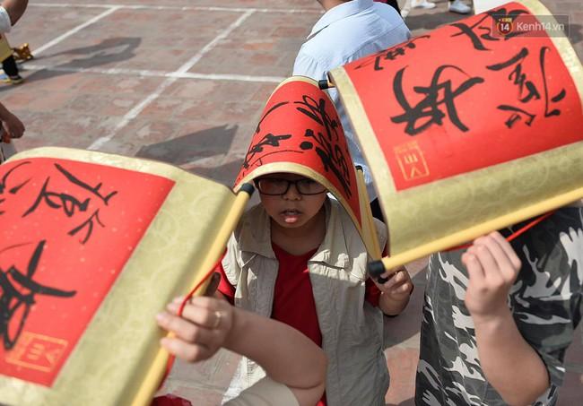 Hà Nội: Người dân đội nắng đi xin chữ đầu năm tại Văn Miếu - Ảnh 9.