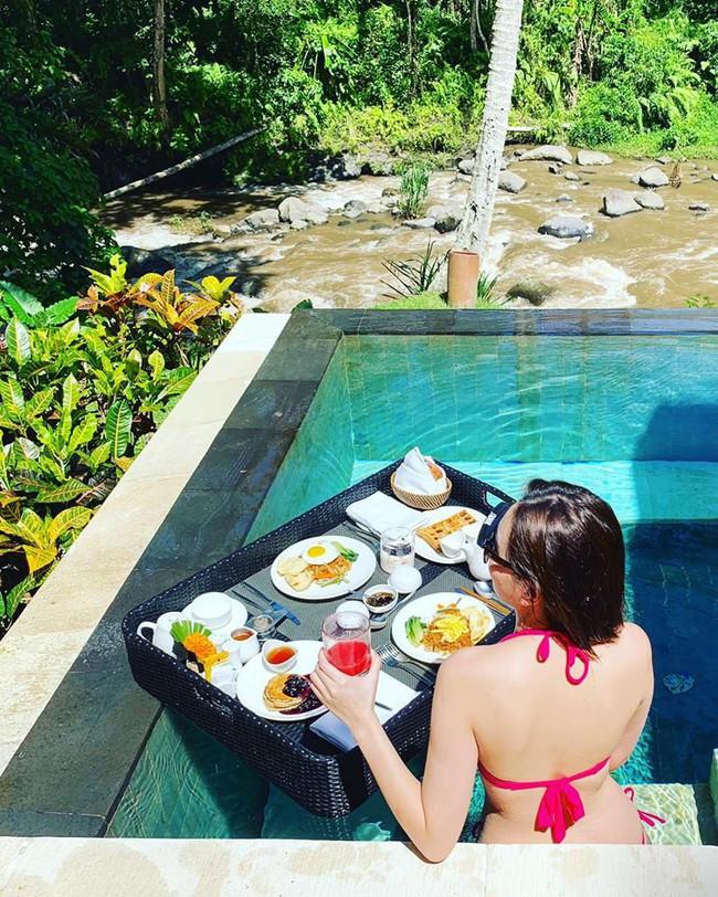 Mọi người vẫn còn hăng say ăn Tết, MC xinh đẹp Mai Ngọc đã cùng ông xã trốn sang Bali nghỉ dưỡng sang chảnh - Ảnh 1.