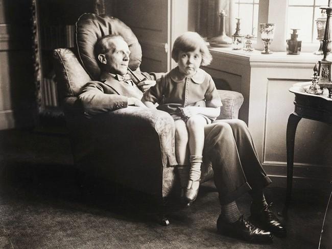Câu chuyện buồn về nguyên bản đời thực của Winnie The Pooh: Cậu bé Christopher bị bố lợi dụng, mẹ từ mặt - Ảnh 2.