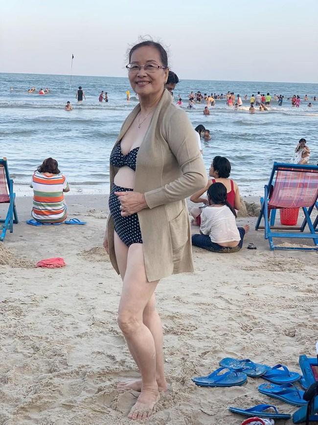 Khánh Thi khoe mẹ ruột U70 nhưng vóc dáng vẫn điệu đà, diện bikini khoe thân hình đầy tự tin bên con cháu - Ảnh 1.
