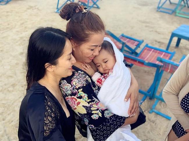 Khánh Thi khoe mẹ ruột U70 nhưng vóc dáng vẫn điệu đà, diện bikini khoe thân hình đầy tự tin bên con cháu - Ảnh 9.