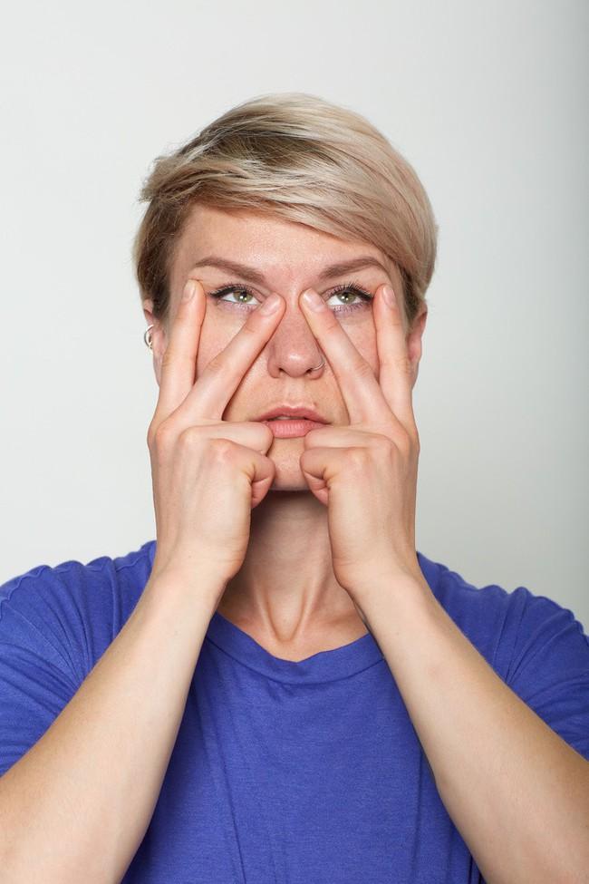 10 bài tập trên khuôn mặt có thể làm cho bạn có chiếc mũi trông duyên dáng hơn, đôi môi trông căng hơn - Ảnh 4.