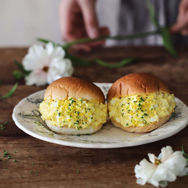Bánh mì kẹp trứng thì quen lắm rồi nhưng làm thế này thì ngon hơn hẳn - Ảnh 5.