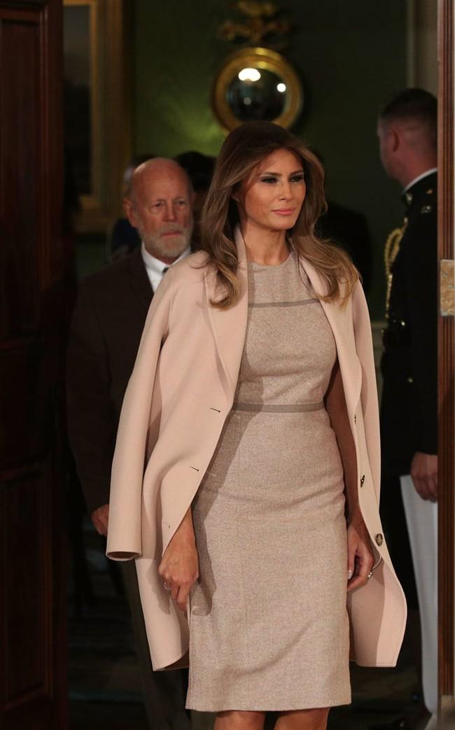Phu nhân Tổng thống Mỹ - bà Melania Trump vẫn mặc đầm ôm sát bất chấp cả việc lộ nhược điểm vóc dáng - Ảnh 3.