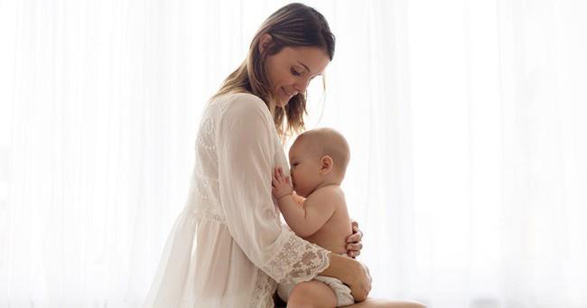 Muốn con không ngủ quên trong khi đang bú thì các mẹ hãy lập tức tham khảo ngay 8 cách sau - Ảnh 3.