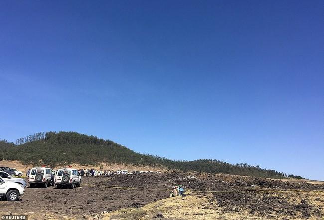 Vụ máy bay Ethiopia rơi: Hiện trường thảm khốc thi thể nạn nhân nằm la liệt, người thân hành khách gục ngã khi nghe tin dữ - Ảnh 1.
