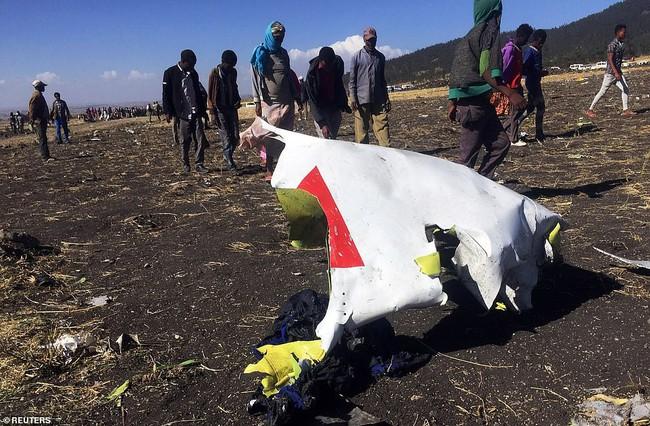 Vụ máy bay Ethiopia rơi: Hiện trường thảm khốc thi thể nạn nhân nằm la liệt, người thân hành khách gục ngã khi nghe tin dữ - Ảnh 3.