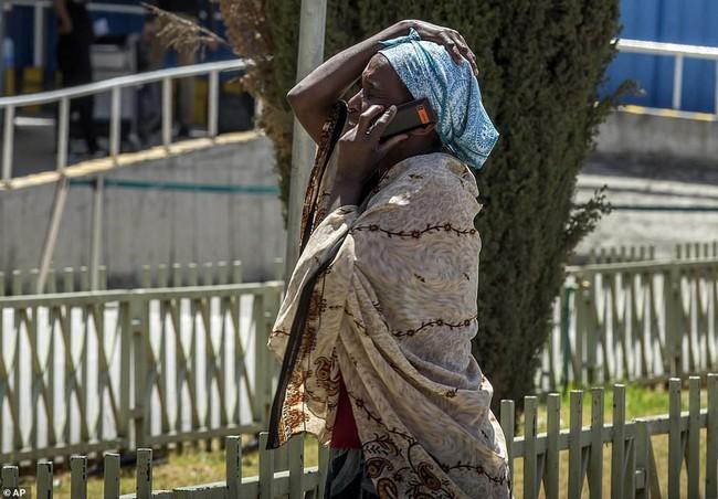 Vụ máy bay Ethiopia rơi: Hiện trường thảm khốc thi thể nạn nhân nằm la liệt, người thân hành khách gục ngã khi nghe tin dữ - Ảnh 6.