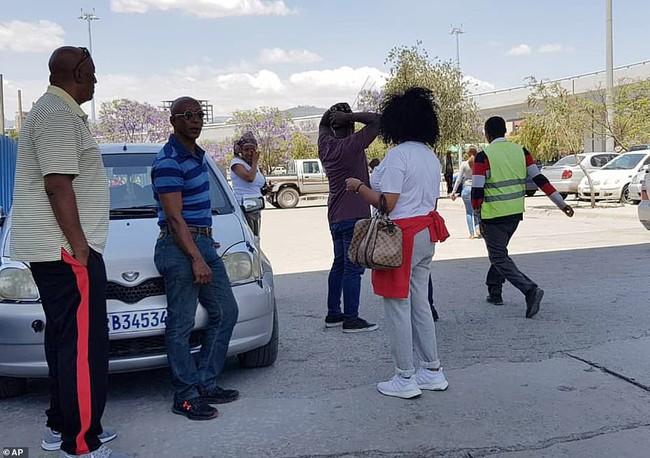 Vụ máy bay Ethiopia rơi: Hiện trường thảm khốc thi thể nạn nhân nằm la liệt, người thân hành khách gục ngã khi nghe tin dữ - Ảnh 10.