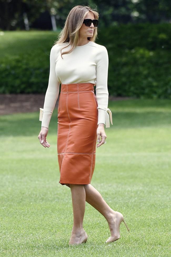 Phu nhân Tổng thống Mỹ - bà Melania Trump vẫn mặc đầm ôm sát bất chấp cả việc lộ nhược điểm vóc dáng - Ảnh 6.
