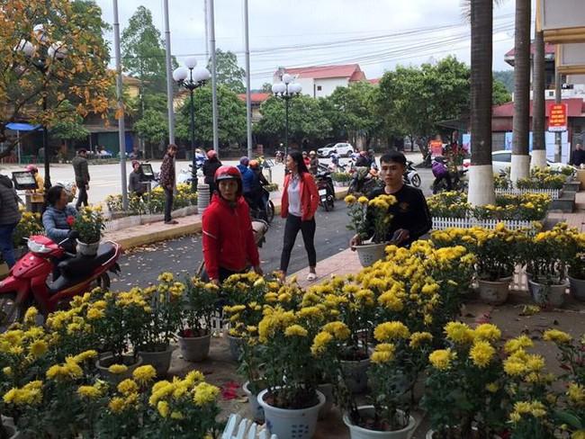 Dân đánh xe tải đến ga Đồng Đăng hôi hoa: Họ quá đông, chúng tôi đành bất lực - Ảnh 1.