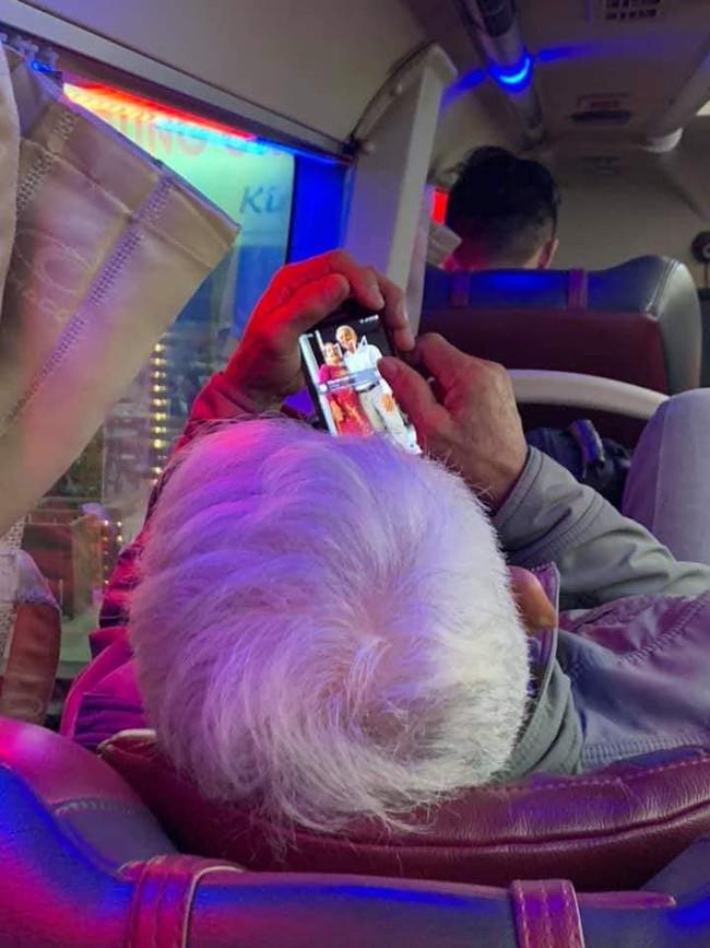 Khoảnh khắc ông cụ ngắm mãi ảnh vợ trên điện thoại và những câu chuyện khiến mọi người thêm vững tin vào tình yêu - Ảnh 2.