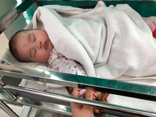 Vĩnh Phúc: Người dân phát hiện bé gái bị bỏ rơi ngay tại khoa sơ sinh vào ngày 8/3 - Ảnh 1.