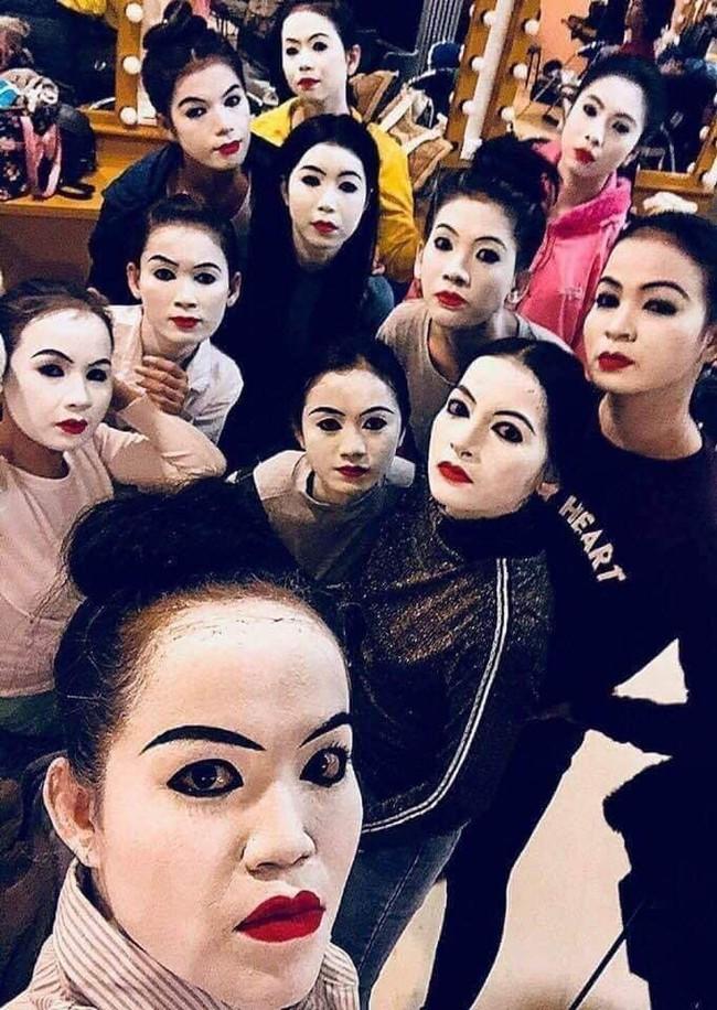 Hội bạn thân make-up có hội, lầy lội có phường, ra đường trang điểm sương sương mà vạn người thương nhớ - Ảnh 1.