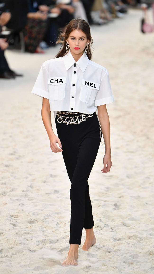 Diện nguyên set Chanel đắt đỏ, Lan Khuê còn biết phá cách bởi một chi tiết khá hay ho - Ảnh 2.