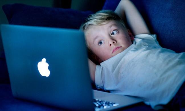 Thêm một nghiên cứu phát hiện tác hại của việc nhìn màn hình điện tử quá nhiều có thể khiến trẻ chậm phát triển - Ảnh 2.