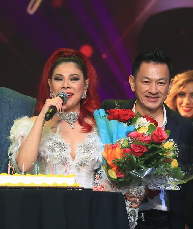 Dù có sự xuất hiện của chồng và con gái, Thanh Thảo vẫn tình tứ với dàn sao nam nổi tiếng trong liveshow - Ảnh 2.
