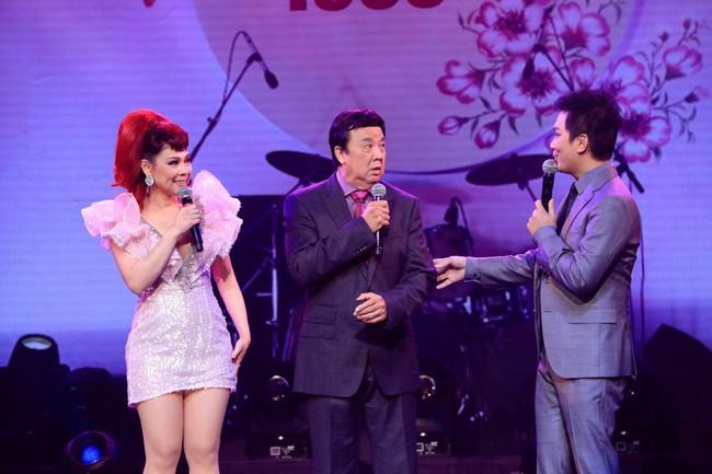 Dù có sự xuất hiện của chồng và con gái, Thanh Thảo vẫn tình tứ với dàn sao nam nổi tiếng trong liveshow - Ảnh 1.
