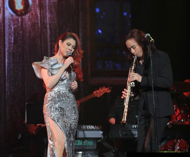 Dù có sự xuất hiện của chồng và con gái, Thanh Thảo vẫn tình tứ với dàn sao nam nổi tiếng trong liveshow - Ảnh 7.