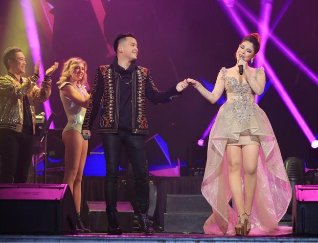 Dù có sự xuất hiện của chồng và con gái, Thanh Thảo vẫn tình tứ với dàn sao nam nổi tiếng trong liveshow - Ảnh 9.
