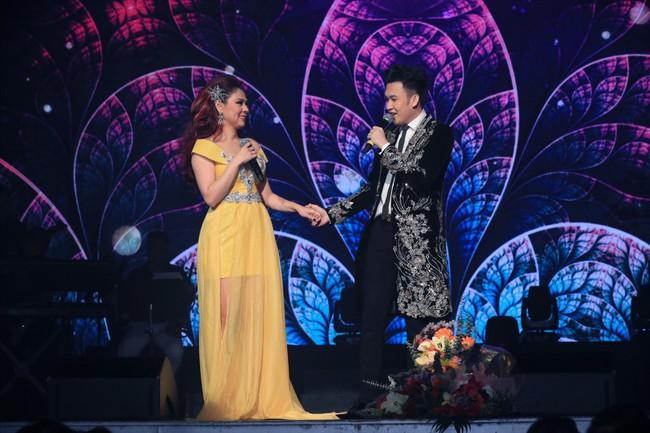 Dù có sự xuất hiện của chồng và con gái, Thanh Thảo vẫn tình tứ với dàn sao nam nổi tiếng trong liveshow - Ảnh 14.