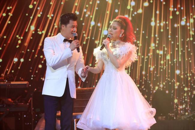 Dù có sự xuất hiện của chồng và con gái, Thanh Thảo vẫn tình tứ với dàn sao nam nổi tiếng trong liveshow - Ảnh 17.